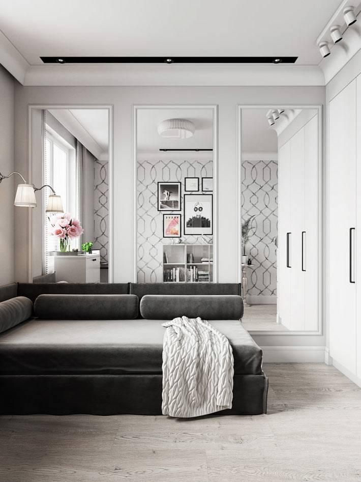 зеркальные панели в рамах на стене комнаты для подростка