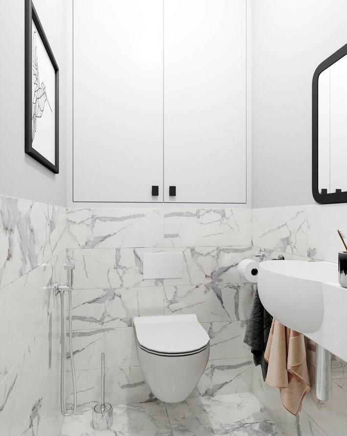 подвесной унитаз и встроенный закрытый шкафчик в туалете