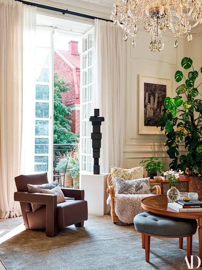 винтажная мебель и современные кресла в гостиной, хрустальная люстра
