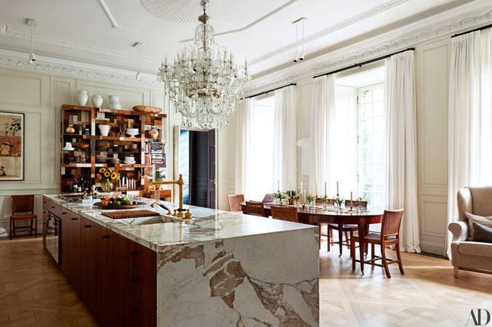 мраморный остров на большой кухне-столовой фото