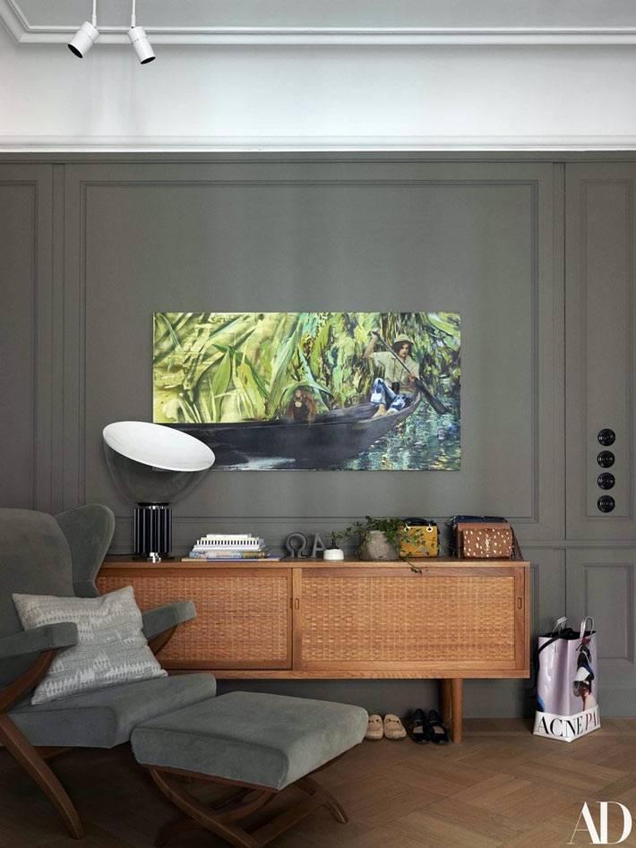 стильное оформление прихожей с серыми стенами и яркой картиной