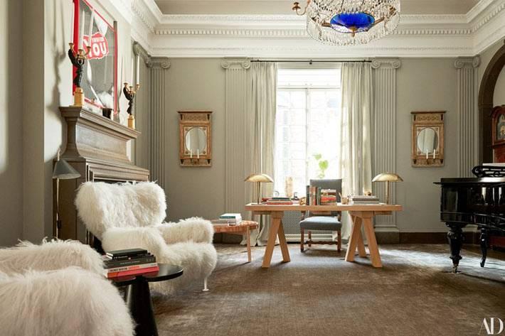 просторный кабинет с деревянным столом и пушистыми креслами