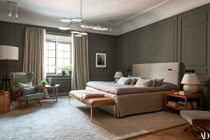 темные стены в спальне с комфортной мягкой мебелью