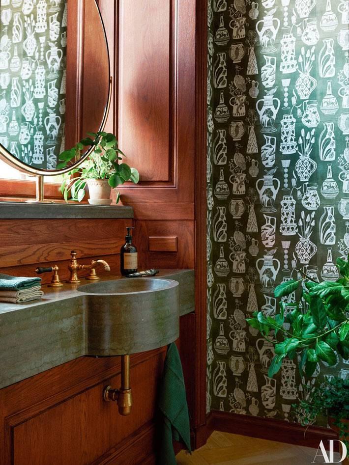 гостевой санузел с деревянной отделкой и уникальной раковиной