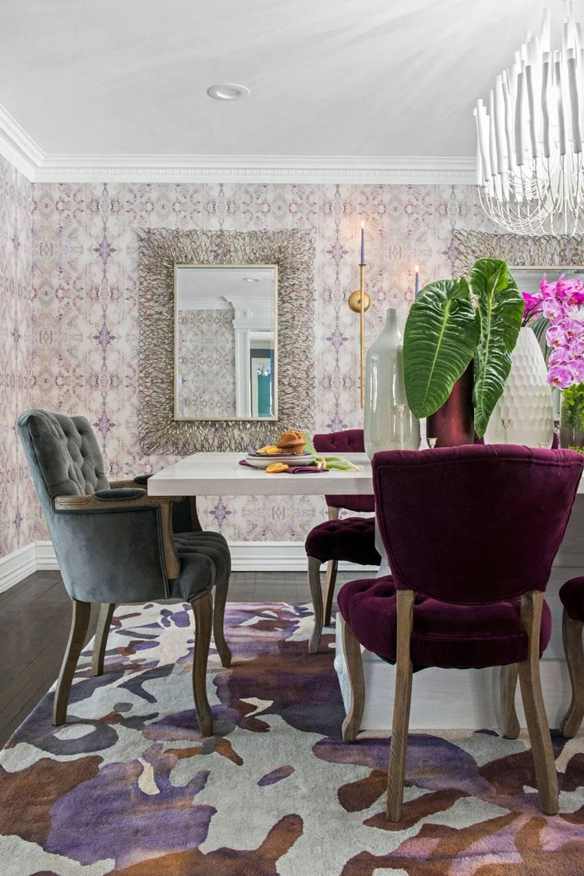 величественные мягкие стулья за обеденным столом фото