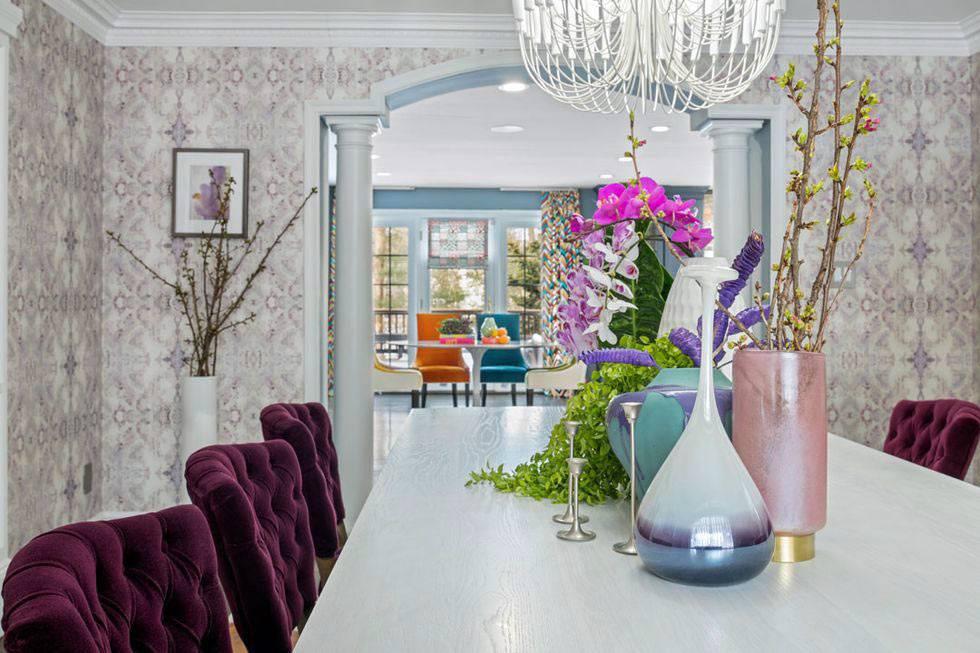 красивая столовая с фиолетовыми крслами и живыми цветами