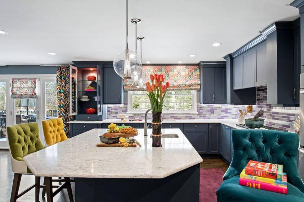 матовый серый гарнитур на просторной кухне с мраморным островом