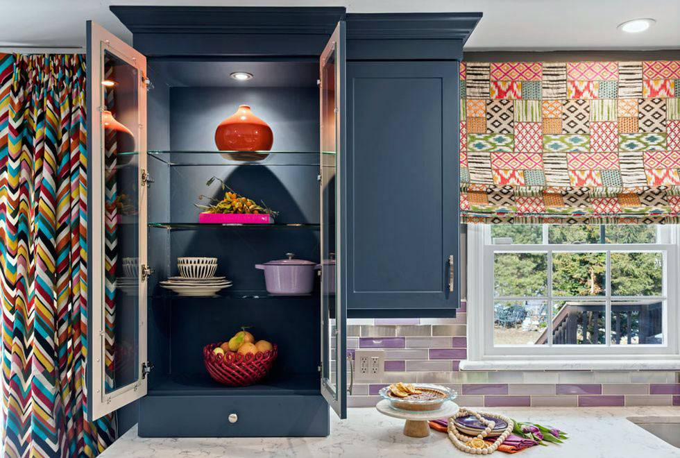кухонные шкафы с подсветкой, яркие шторы на кухне