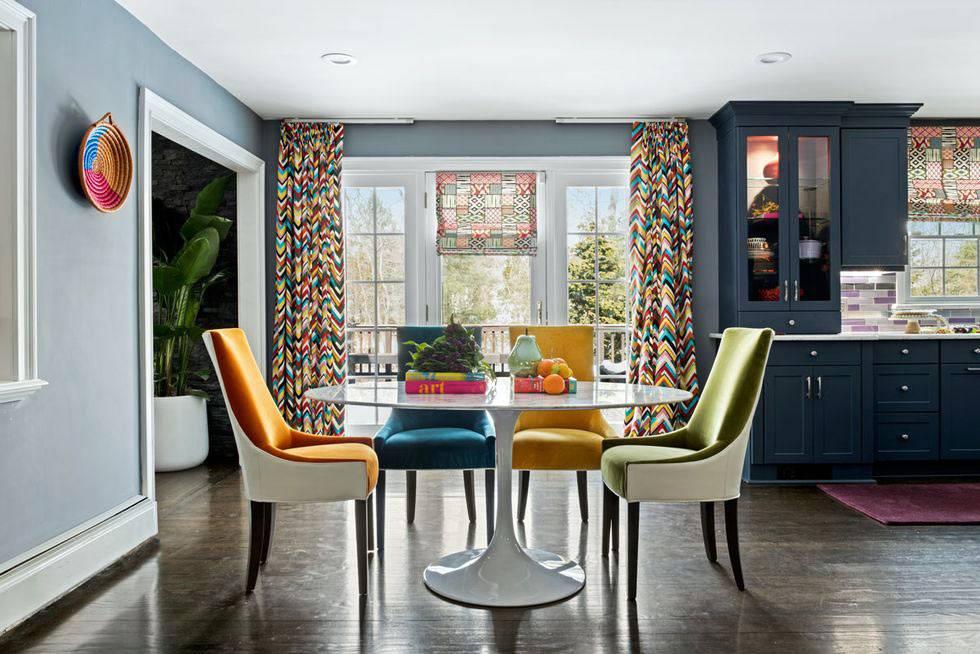 красивая кухня с яркими разноцветными стульями фото