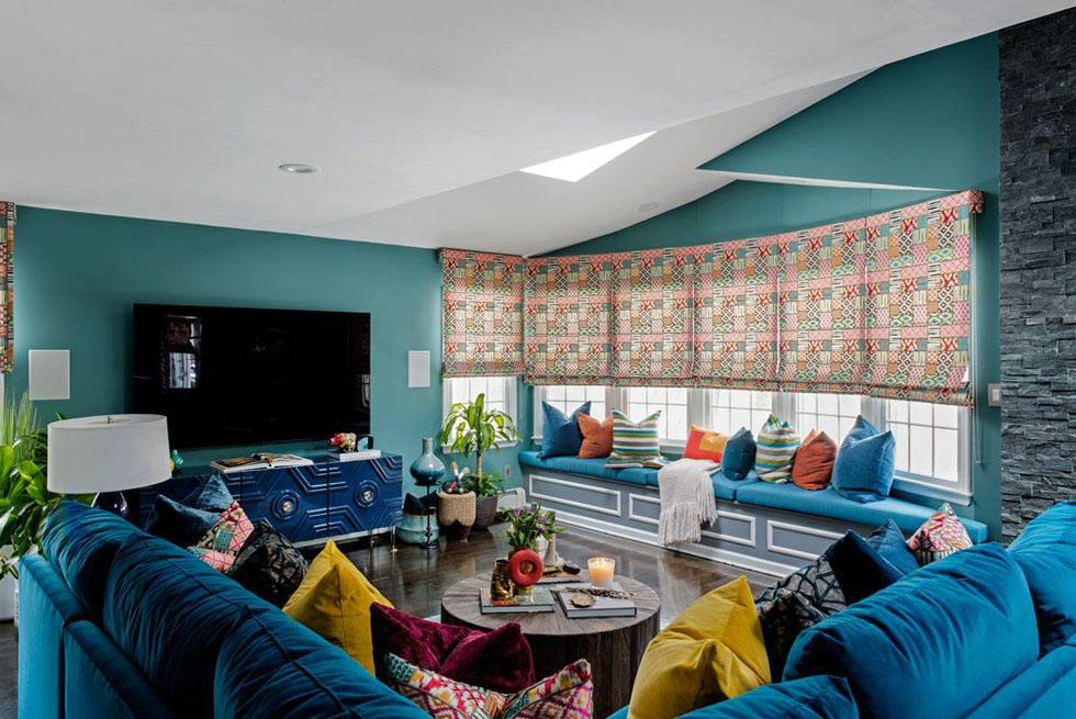синий цвет стен и синие диваны в гостиной комнате дома