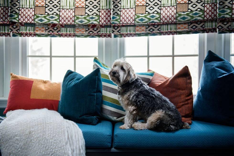 мягкий матрас на подоконнике в доме с яркими подушками