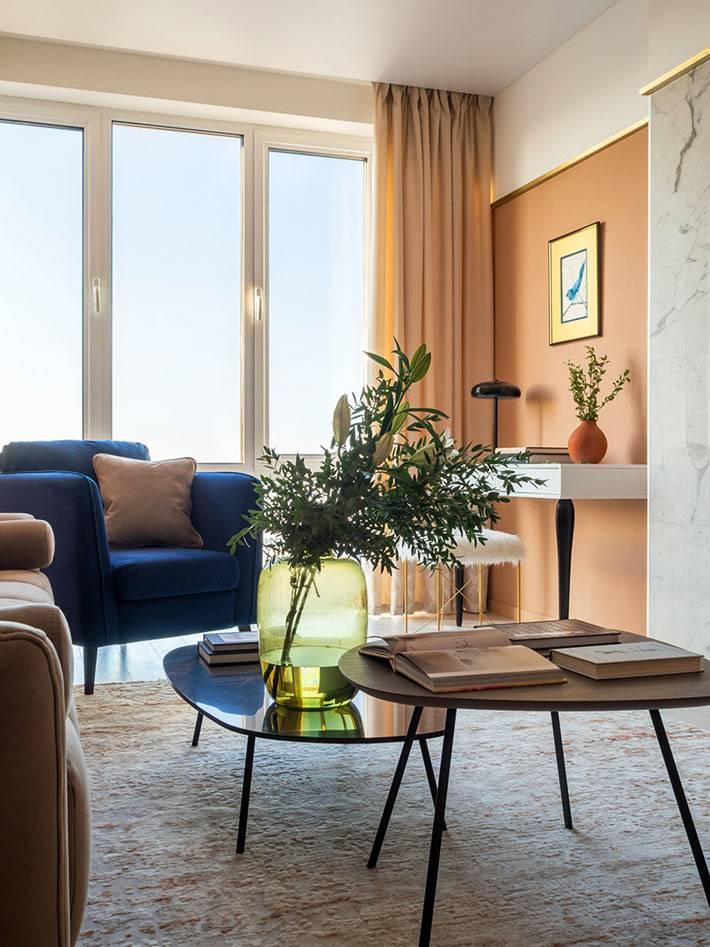 лососевый цвет стен в современном интерьере гостиной