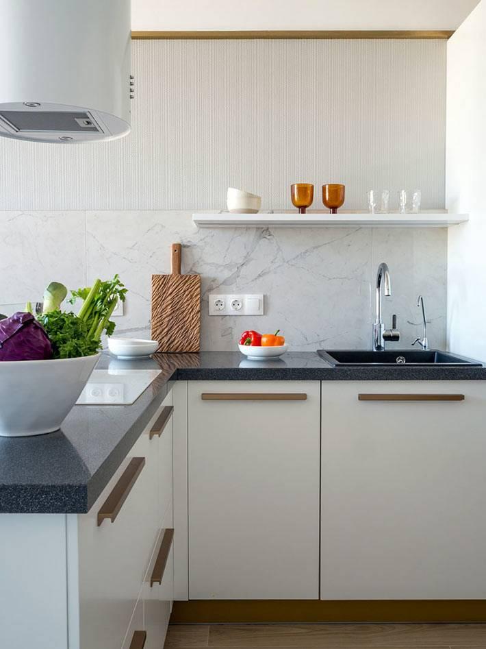 минимум мебели на маленькой кухне, совмещенной с гостиной
