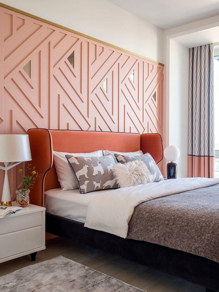большая кровать с мягким оранжевым изголовьем фото