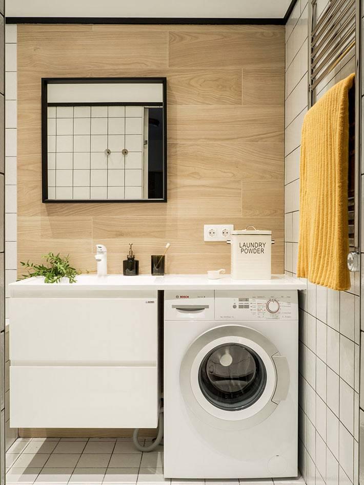 деревянные панели на стене ванной комнаты за раковиной