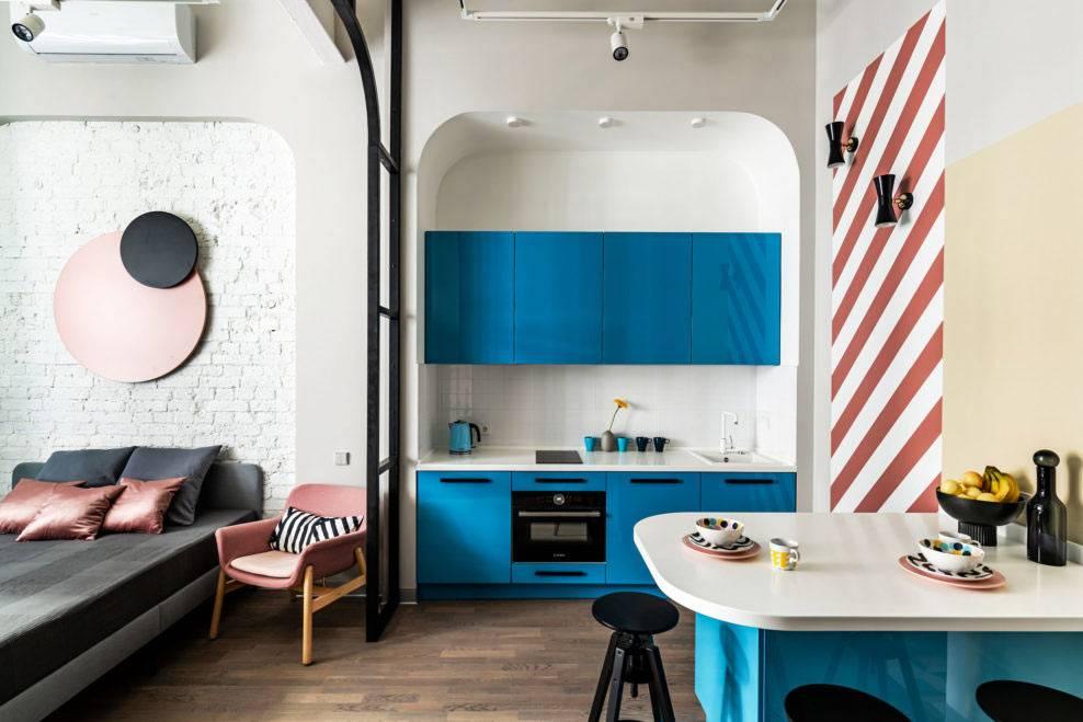 маленькая синяя кухня, встроенная в нише фото