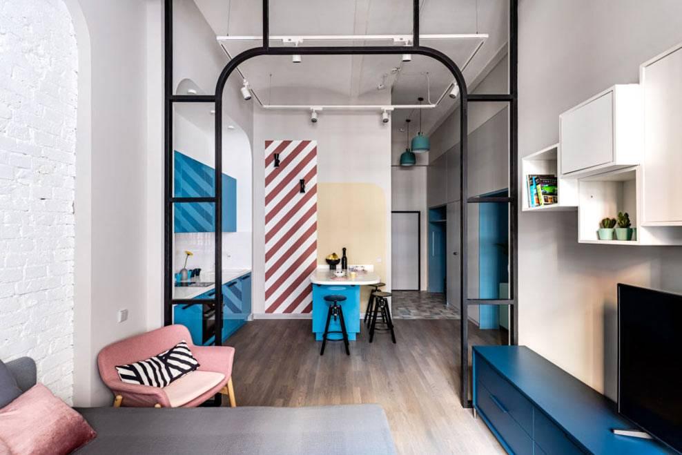 стеклянная арочная перегородка между кухней и гостиной