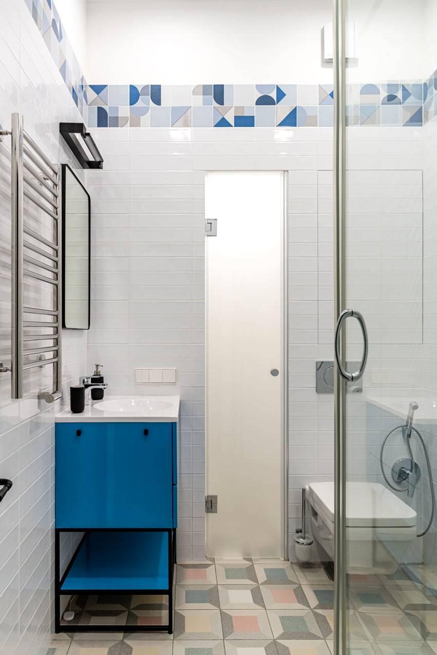 синяя тумба под умывальник в маленькой ванной комнате