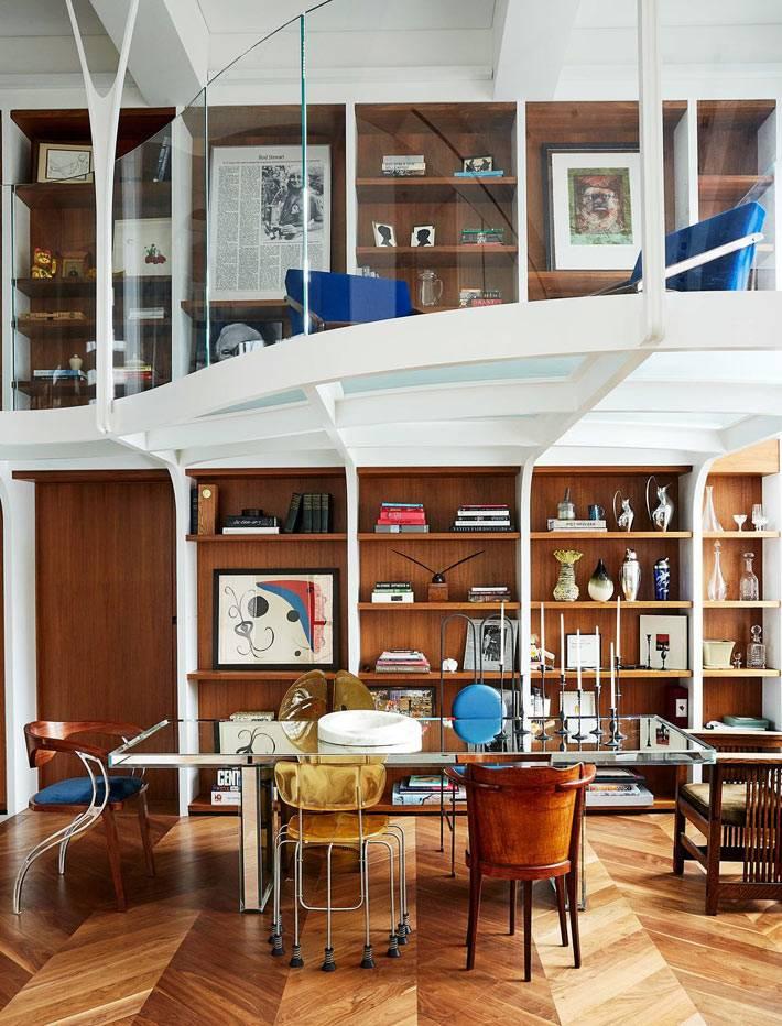 двухярусная квартира с кабинетом с деревянной отделкой