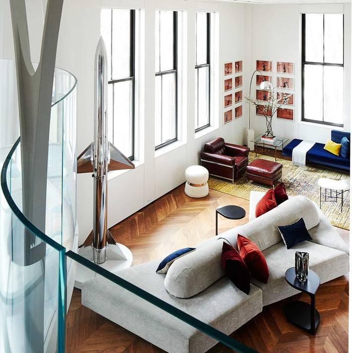 ракета в интерьере гостиной с высокими потолками