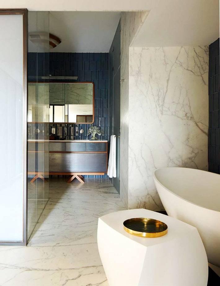 ванная комната с сочетанием темно-синей плитки и мрамора