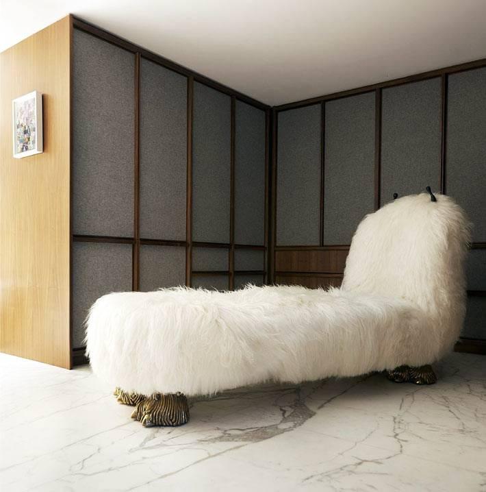 белая пушистая козетка на золотых лапах в отдельной комнате