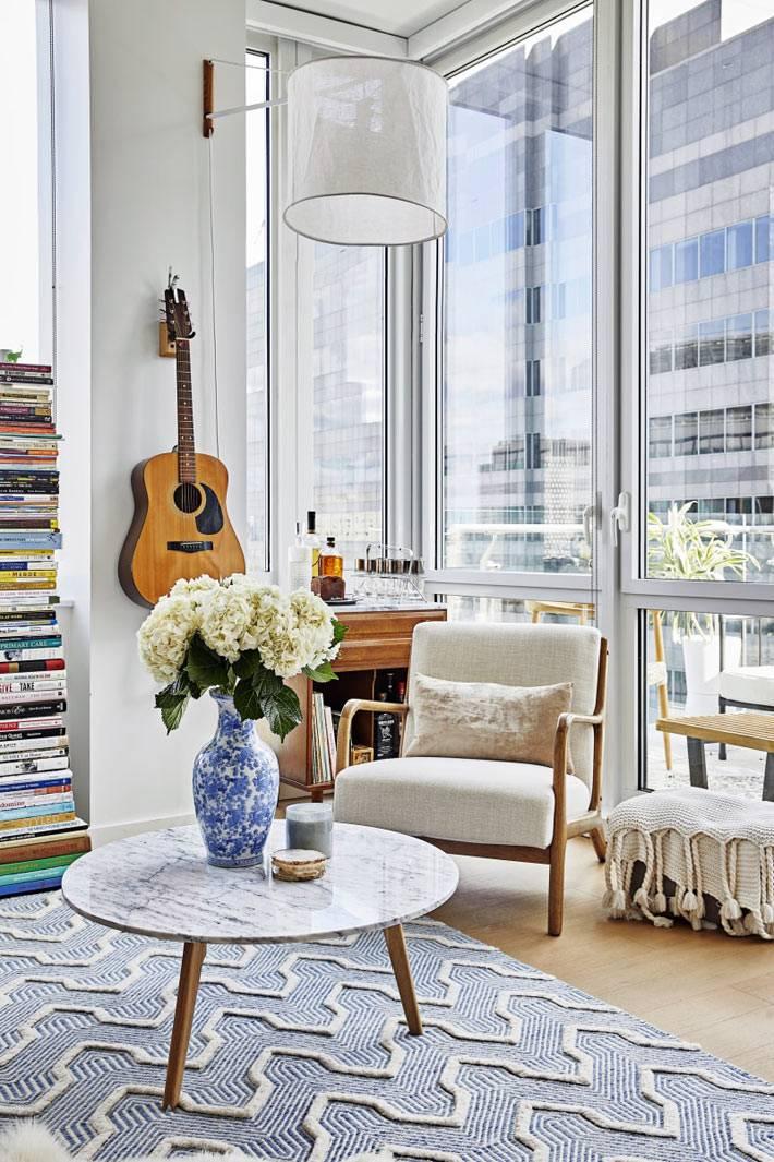 квартира с панорамным окном и нетривиальным дизайном