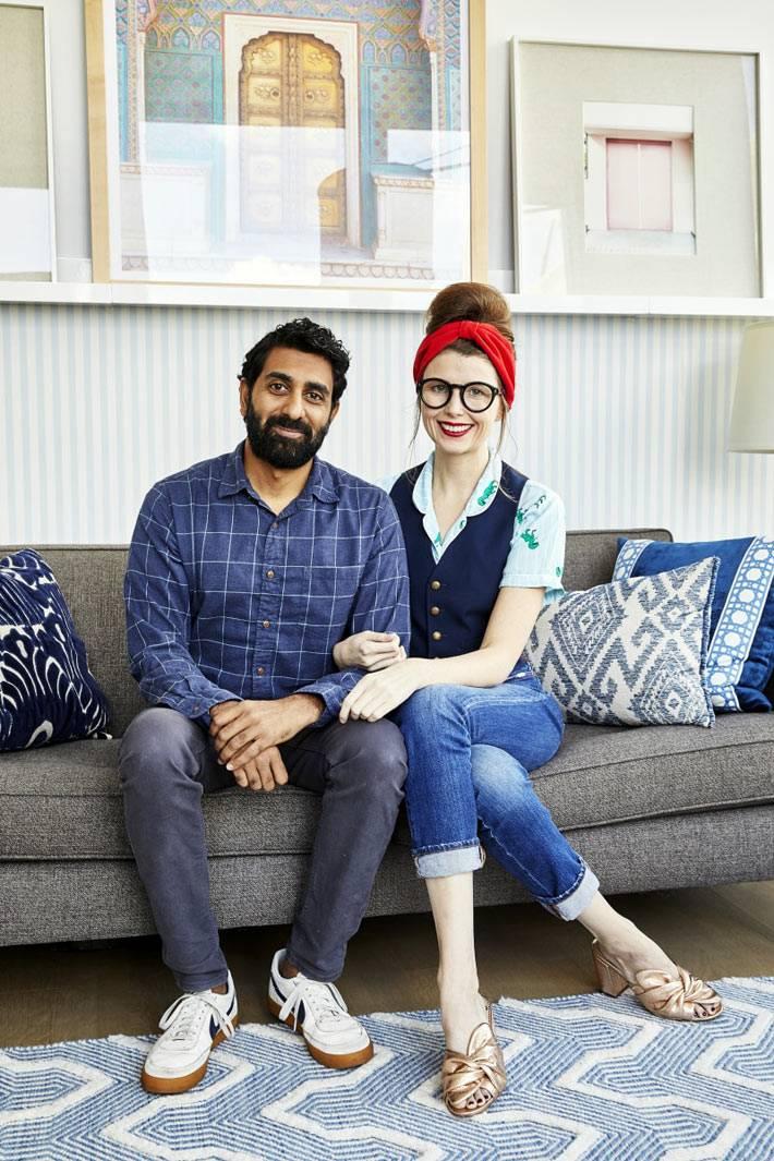серый диван и голубой коврик в квартире фото