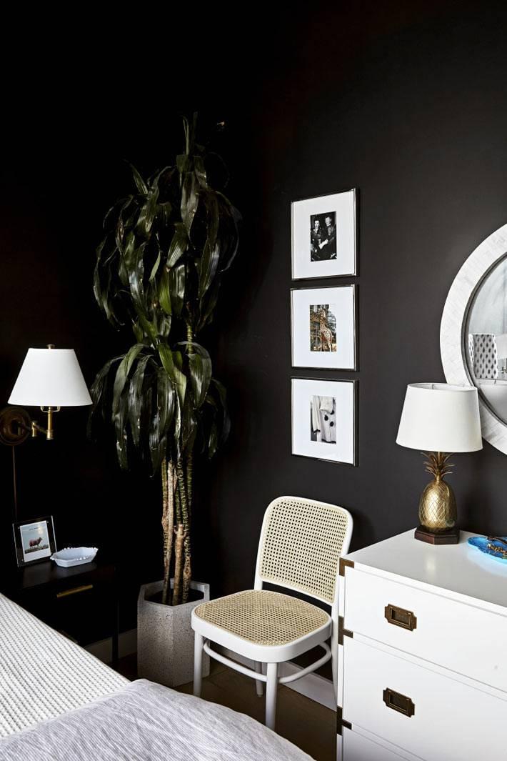 белая мебель на фоне черной стены в спальне фото