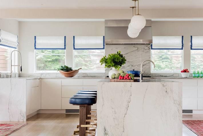 синий кант на белых рулонных шторах на окнах кухни