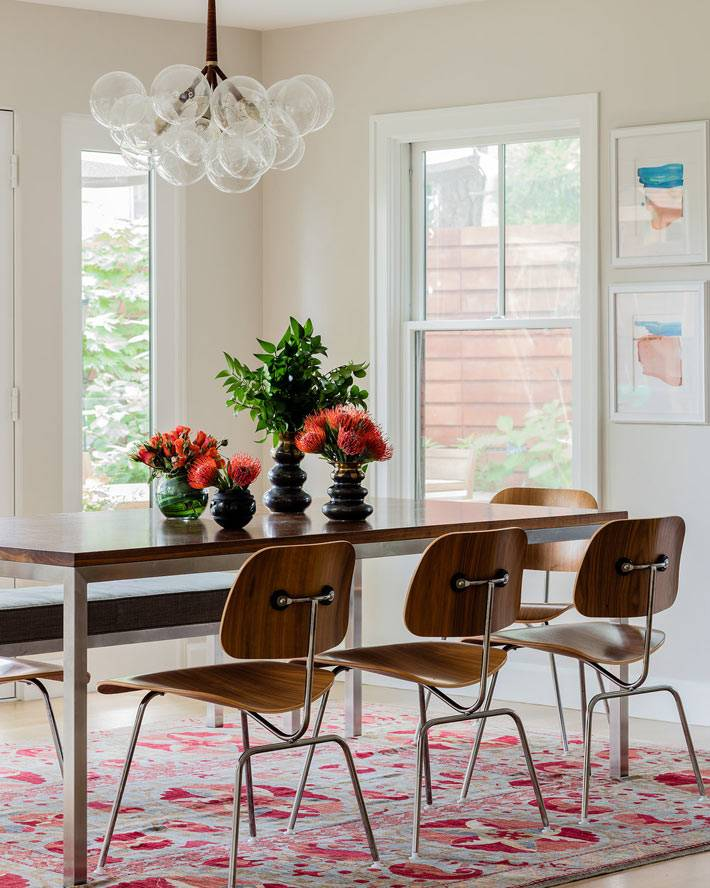 современная зона столовой, люстра с прозрачными плафонами