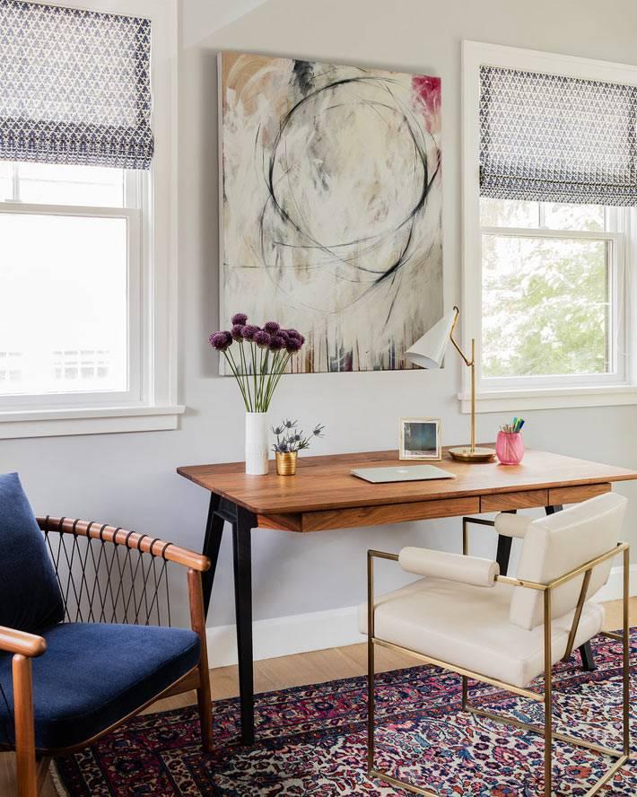 прекрасное рабочее место у окна с белым креслом фото