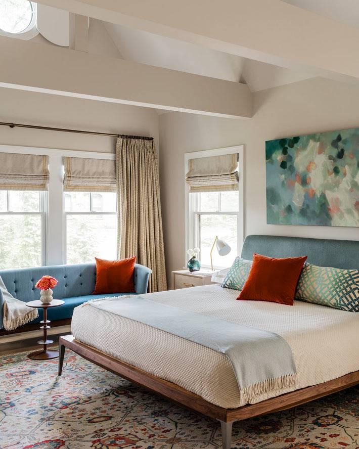 милый диванчик голубого цвета под окном в спальне фото