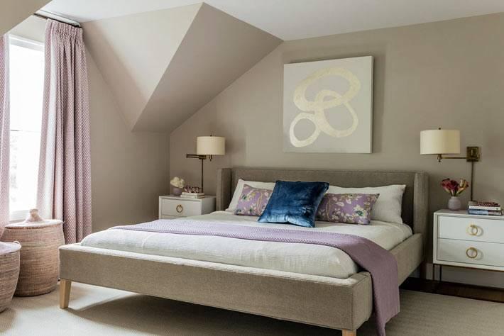 бежевые стены, коричневая кровать, бледно лиловые шторы