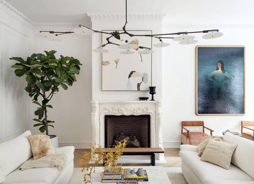 белая гостиная комната, камин с декоративным оформлением