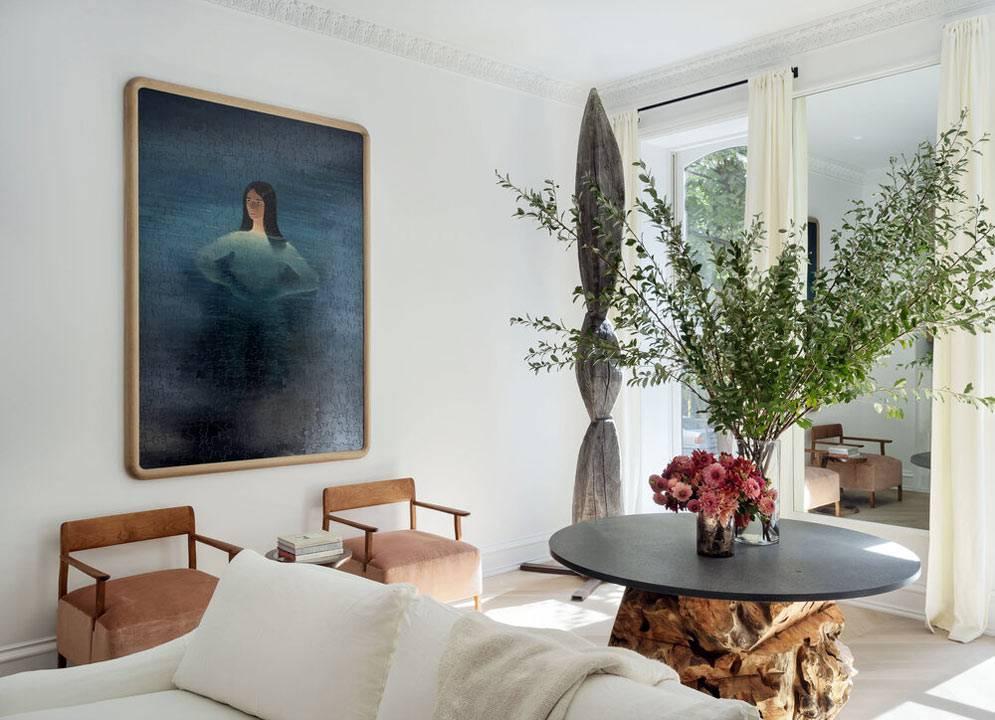 картины, большие комнатные растения, натуральное дерево в интерьере
