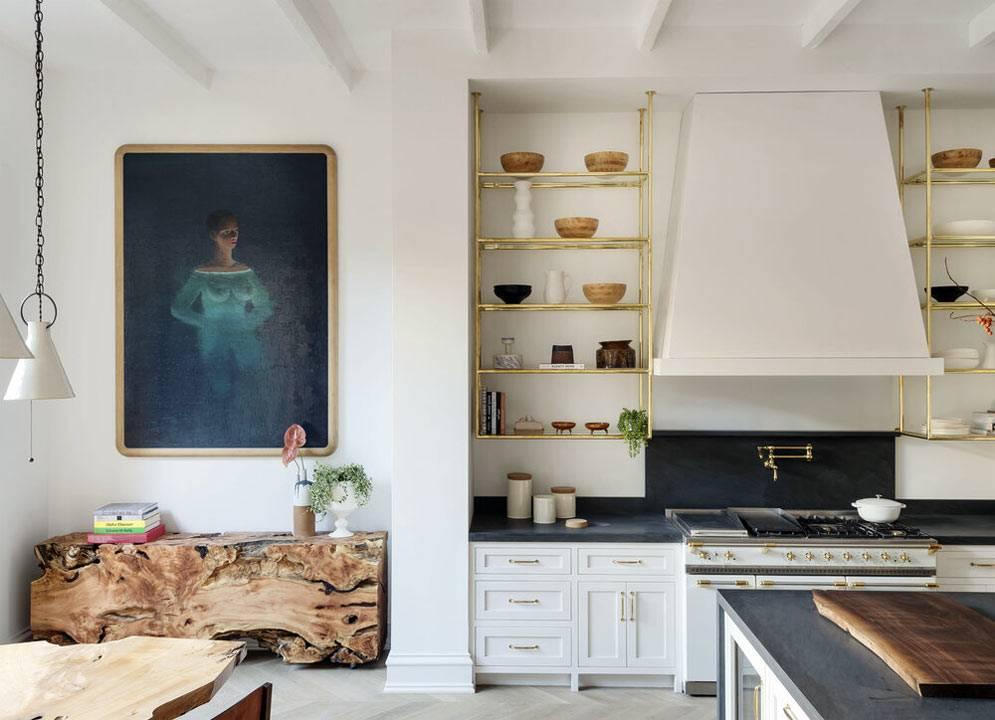 цельные куски дерева в виде мебели на кухне и других комнатах