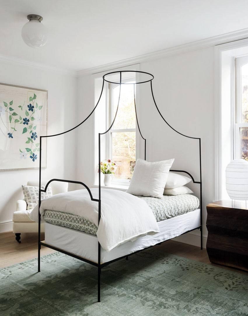 черный металический каркас для балдахина над кроватью
