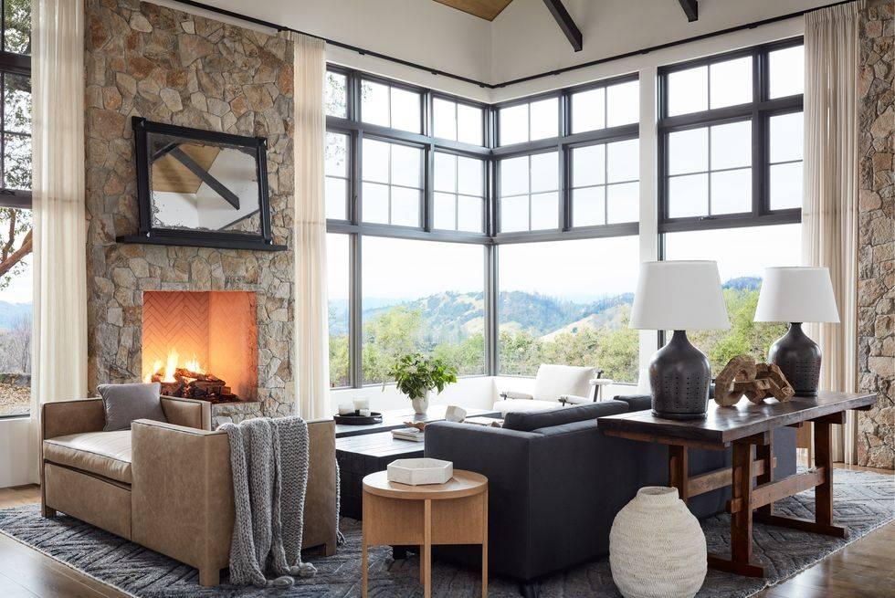 панорамные окна с черными рамами в доме с видом на горы