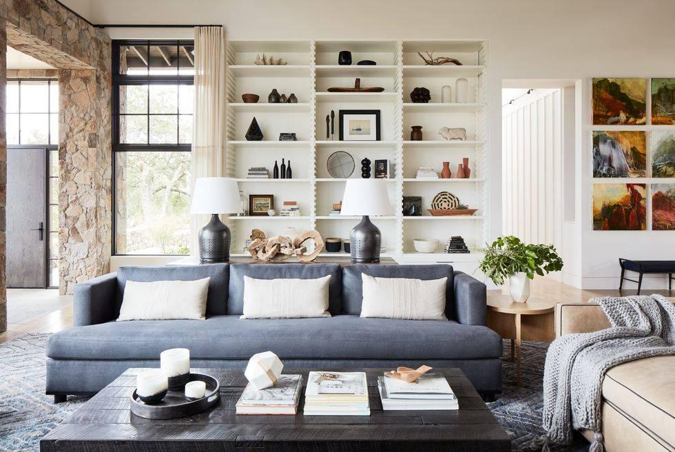 дом с отделкой из натуральных матриалов, синий и белый диван