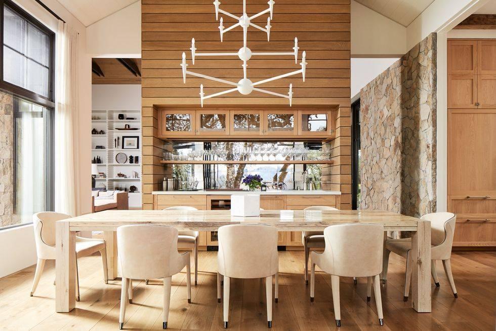 изумительная кухня с деревянной отделкой и открытыми полками