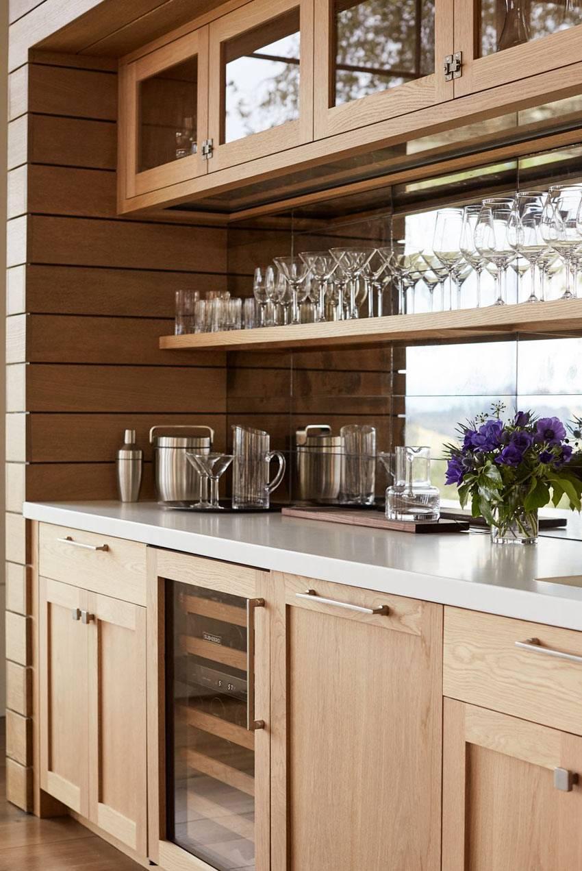домашний бар на открытых полках кухни с зеркалом