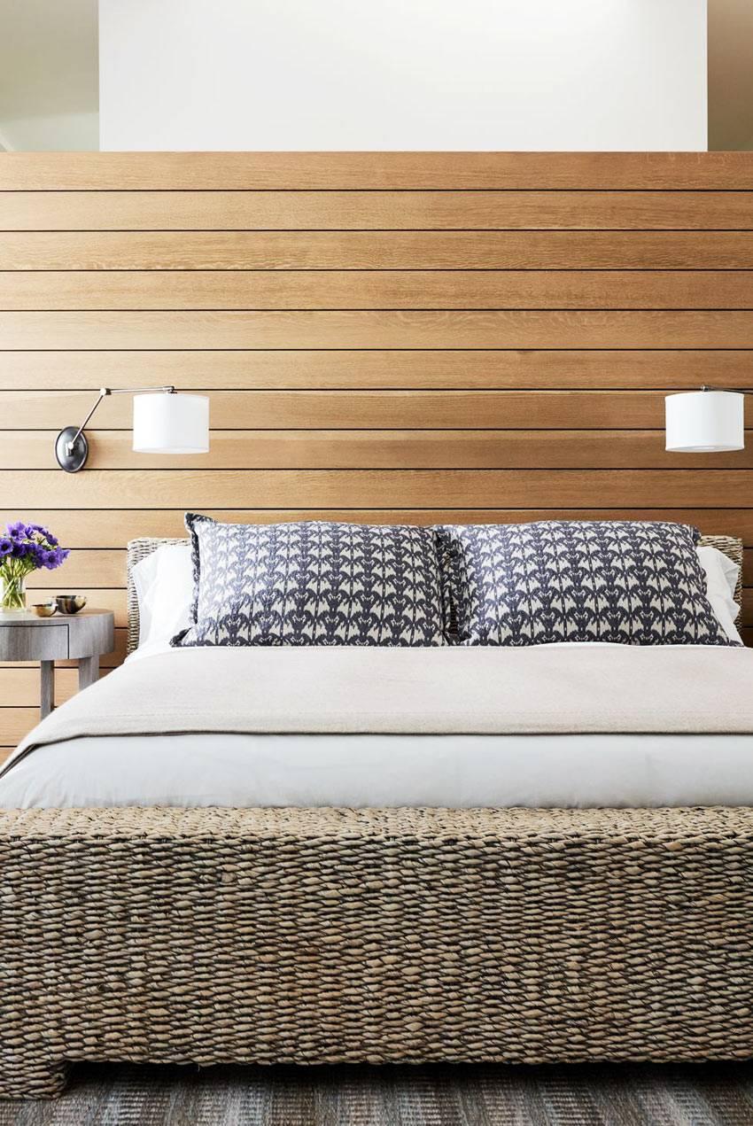 натуральная джутовая кровать и деревянные доски за изголовьем