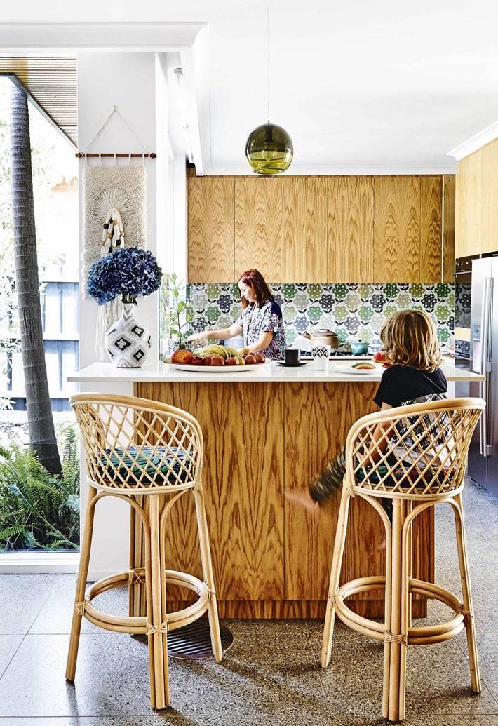 колоритный дизайн кухни с плетеными стульями фото