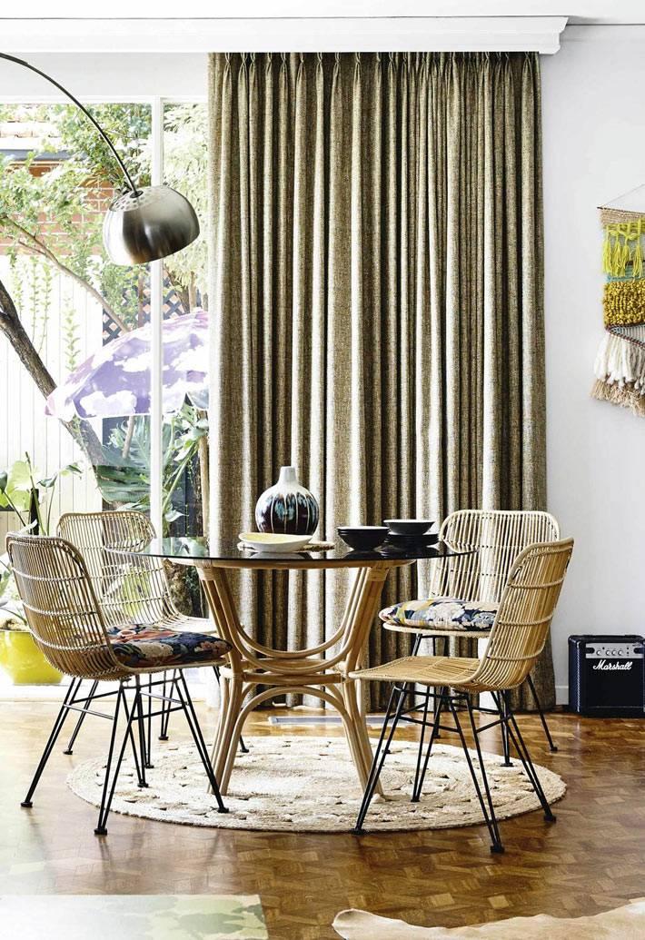 зона для обедов - стеклянный стол и ротанговые плетеные стулья