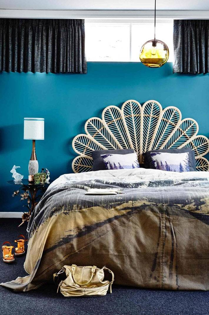 кровать с круглым ажурным изголовьем в синей спальне