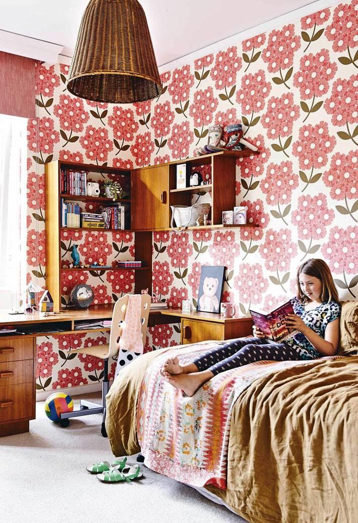 ретро обои с крупными красными цветаи для детской комнаты