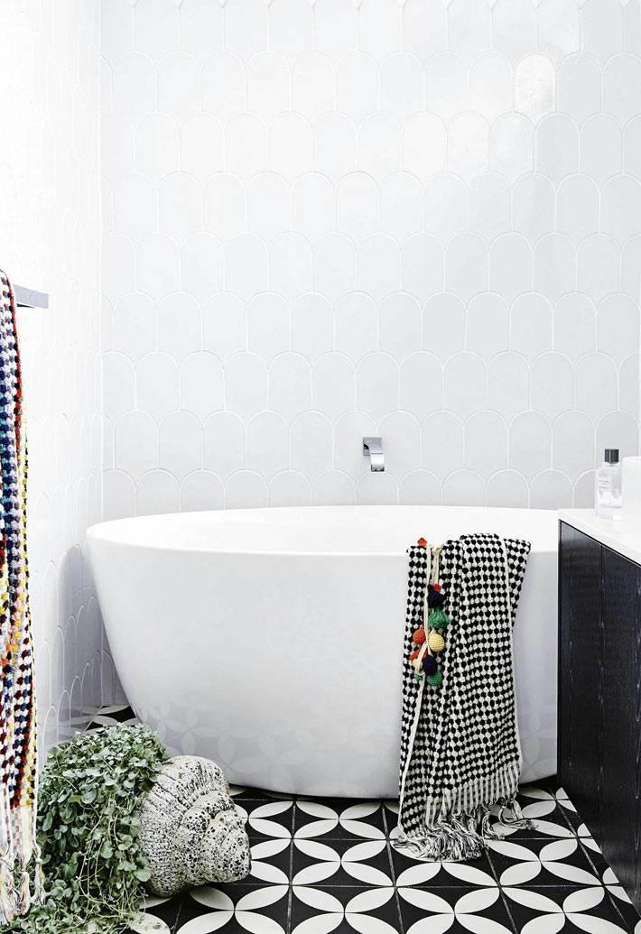 ванна без ножек белого цвета с черно-белым полом