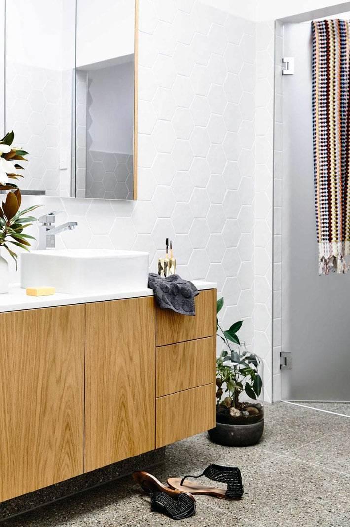 минимализм в ванной - висящая деревянная тумба
