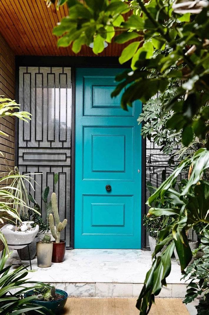 входящая дверь в дом голубого цвета фото